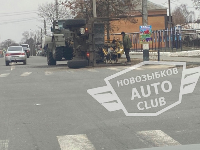 В Новозыбкове перевернулся лесовоз