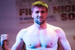 Брянский боец Минаков проиграл решением судьи из-за травмы пальца