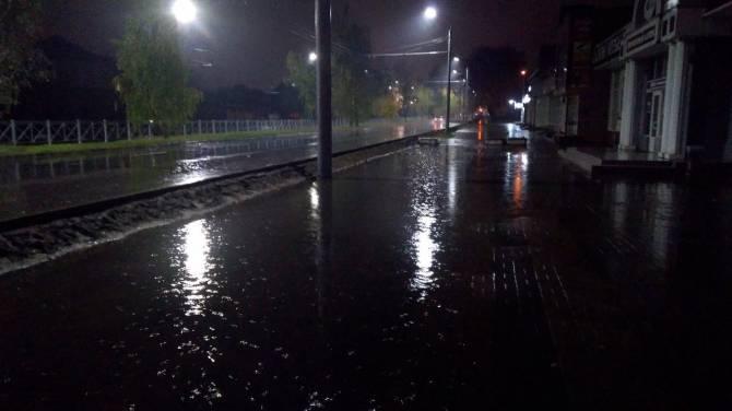 В Брянске тротуар на улице 22-го Съезда оказался непроходимым во время дождя