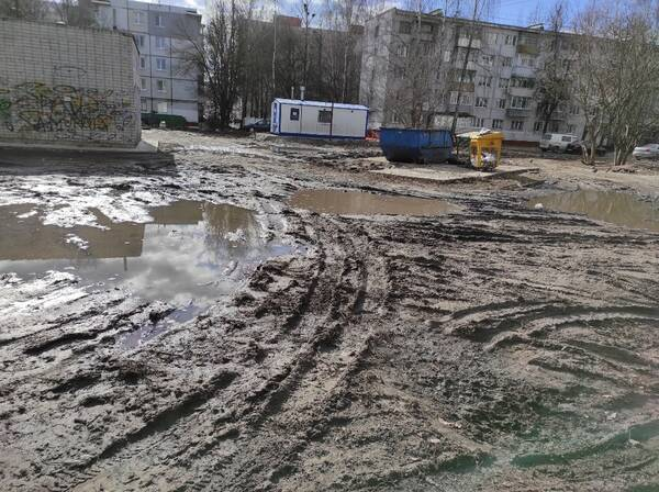 В Брянске мусорный контейнер на Авиационной утонул в грязевом месиве