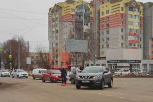 В Брянске на перекрестке улиц Крахмалева и Советской не разъехались иномарки