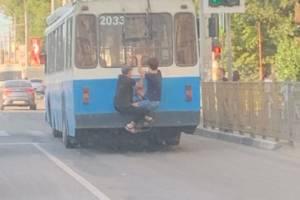 В Брянске сфотографировали на троллейбусе двух подростков-зацеперов