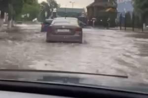 В Брянске из-за дождя затопило дорогу возле горбольницы №1