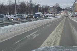 В Брянске на выезде из Володарки образовалась пробка