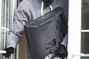 У жительницы Трубчевска пьяный гость украл телевизор