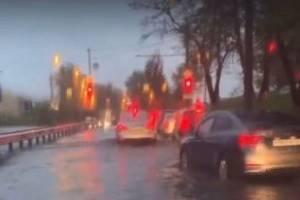 В Брянске после ливня водители устроили «заплыв» по улице Калинина