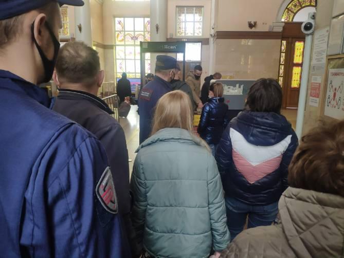 В Брянске собрались очереди у входа на железнодорожный вокзал