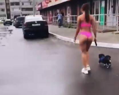 Брянская блогерша Тася выгуляла собаку в одном бикини