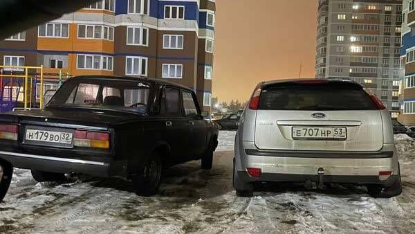 В Брянске сняли на фото двух нагло припарковавшихся «принцесс»