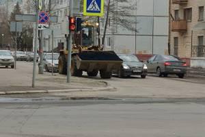 В Брянске начали заделывать ямы на улице Никитина