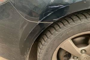 В Брянске водитель повредил припаркованную Мазду и скрылся