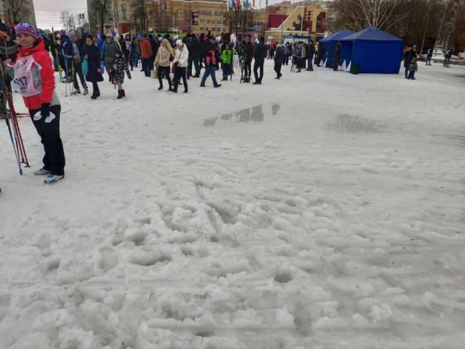 В Брянске лыжники выстроились в лужах перед началом гонки