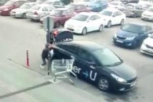 В Брянске продуктовая тележка повредила такси возле «Аэропарка»