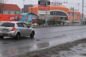 «Без лишних слов»: грязь и разбитая дорога вдоль ТРЦ «Аэропарк» в Брянске