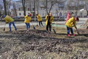 Члены молодежного совета при мэре Брянска пришли с метлами в парк