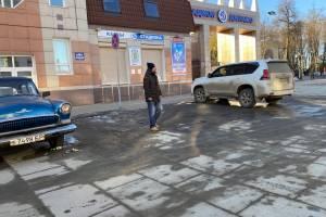 В Брянске у стадиона «Динамо» автомобиль с номером 007 стал под запрещающим знаком