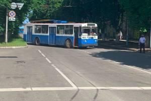 В центре Брянска троллейбусами перекрыли дороги