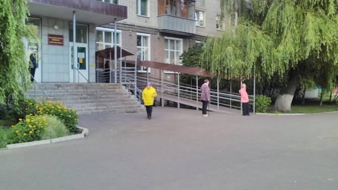 В брянской поликлинике за талоном к врачу занимают очередь с раннего утра