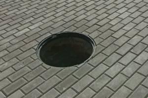 В Брянске возле кинотеатра «Победа» заметили открытый люк