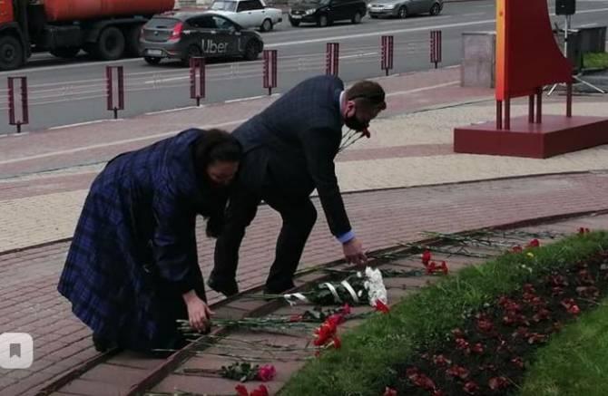 Брянские актеры нарушили самоизоляцию для возложения цветов к памятнику Тютчеву