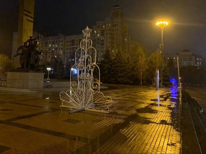 В Брянске на Площади Партизан установили елки-фонтаны