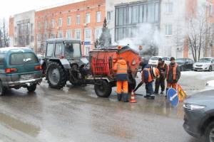 В Брянске 6 бригад вышли заделывать ямы на убитых дорогах