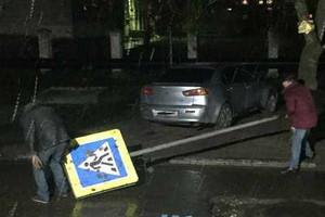В Брянске укравших дорожный знак мужчин задержали с поличным