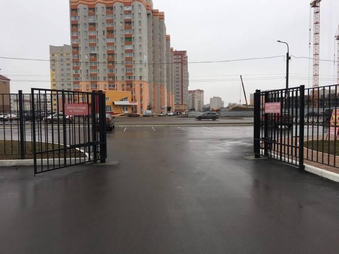 В Брянске жильцы многоэтажки более полугода платят за неисправные ворота
