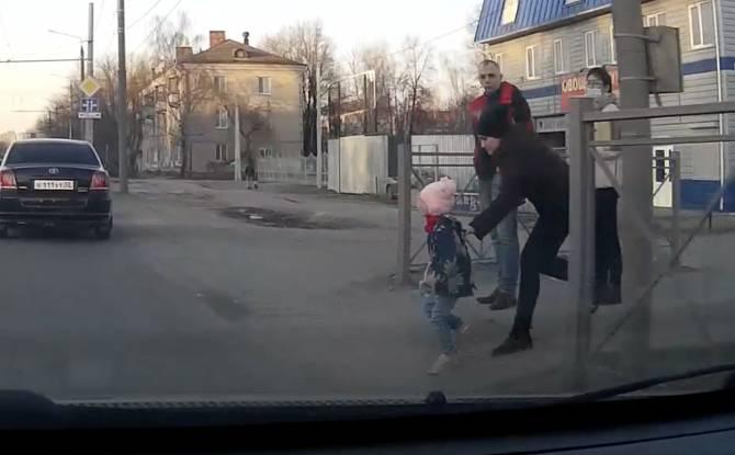 В Брянске ребенок выскочил на дорогу и едва не попал под колеса