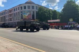 По центру Брянска прошли бронетранспортёры и «Торнадо»