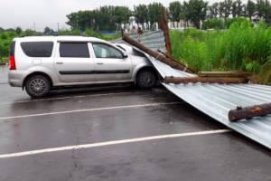 В Брянске на улице Счастливой забор рухнул на легковушку
