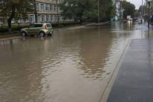 В Брянск на улице Клинцовской затопило дорогу перед школой №17