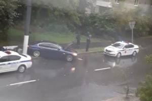 В Брянске легковушка врезалась в столб и вылетела на тротуар
