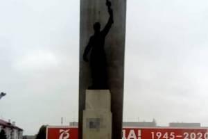 В Брянске вандалы изуродовали памятник на площади Партизан