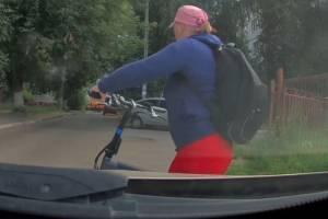 В Брянске дама на велосипеде протаранила автомобиль и скрылась с места ДТП