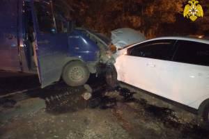 В Брянске столкнулись легковушка и микроавтобус: есть раненые