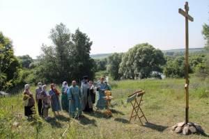 В брянском селе Уткино на месте разрушенного храма освятили памятный крест