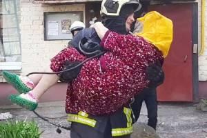 Брянские пожарные спасли детей из горящего дома с поликлиникой