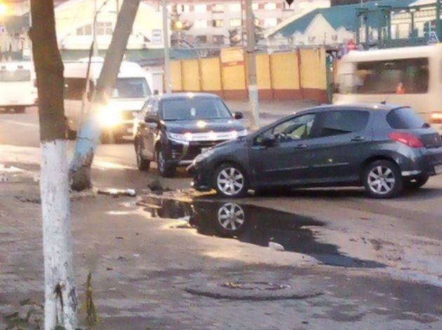 В Брянске у Бежицкого рынка столкнувшиеся легковушки снесли столб