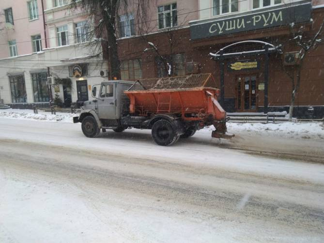 В Брянске на борьбу со снегом вышли 23 машины и 11 тракторов