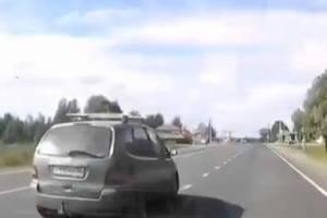 На брянской трассе бдительный водитель чудом не попал в ДТП