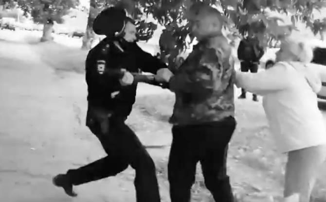 В Брянске вооружённый мужчина устроил драку с полицейским