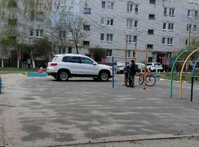 В Брянске автохам захватил детскую площадку