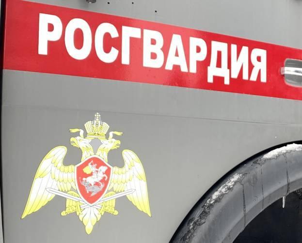 В центре Брянска у магазина пьяный парень напал с ножом на прохожих