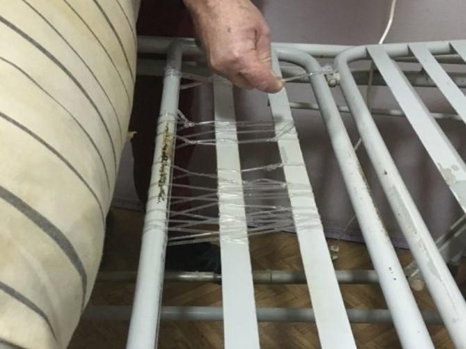 В больнице Жуковки пациентов вынудили ремонтировать кровати капельницами