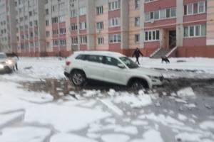 В Брянске иномарка утонула в знаменитой луже на улице Медведева