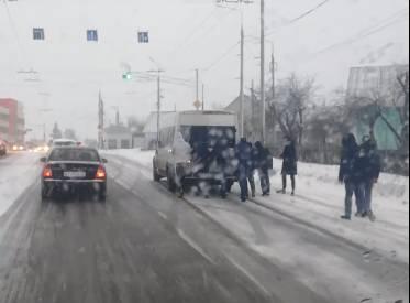 В Брянске пассажиры вытолкали застрявшую на Городище маршрутку