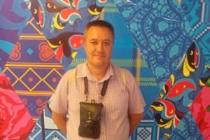 Директор брянской школы №50 убежал на второй этаж с чужим телефоном